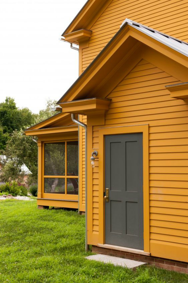 Loving this bold yellow house!! Such a fun dark exterior color for your home but still welcoming and warm. Love this yellow painted home! #yellowhouse #yellowexteriorpaint #darkpaintedhouse #darkhouseideas #darkexteriorpaint #darkexteriorpaintideas
