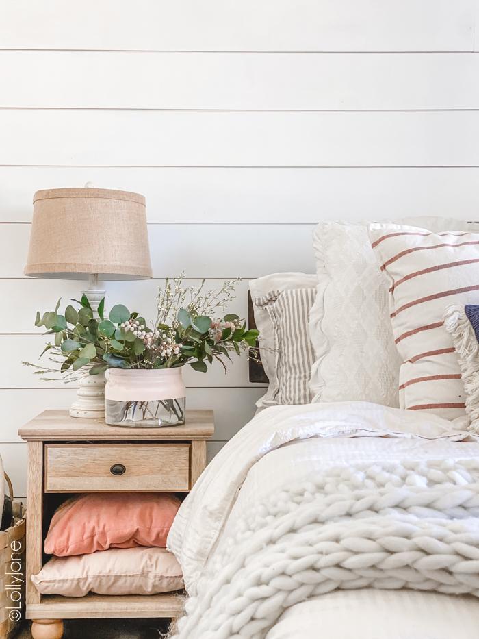 Gah! LOVE this cozy modern farmhouse bedroom with THAT COLOR BLOCK VASE! It's so good! #diy #colorblock #colorblockvase #modernvase #modernfarmhouse #vasediy #diyhomedecor #springfloralarrangement #floralarrangement