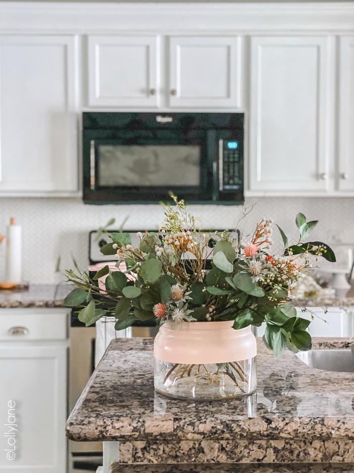 Gorgeous Modern Farmhouse COLOR BLOCK Vase-- easiest DIY ever! #diy #colorblock #colorblockvase #modernvase #modernfarmhouse #vasediy #diyhomedecor #springfloralarrangement #floralarrangement