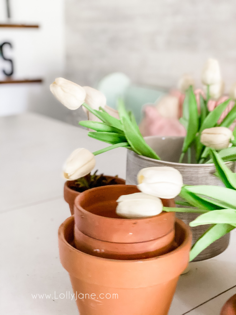 Easy spring decor ideas using pots and flowers to create and easy spring table scape! #springdecor #springdecoratingtips #easyspringdecoratingideas