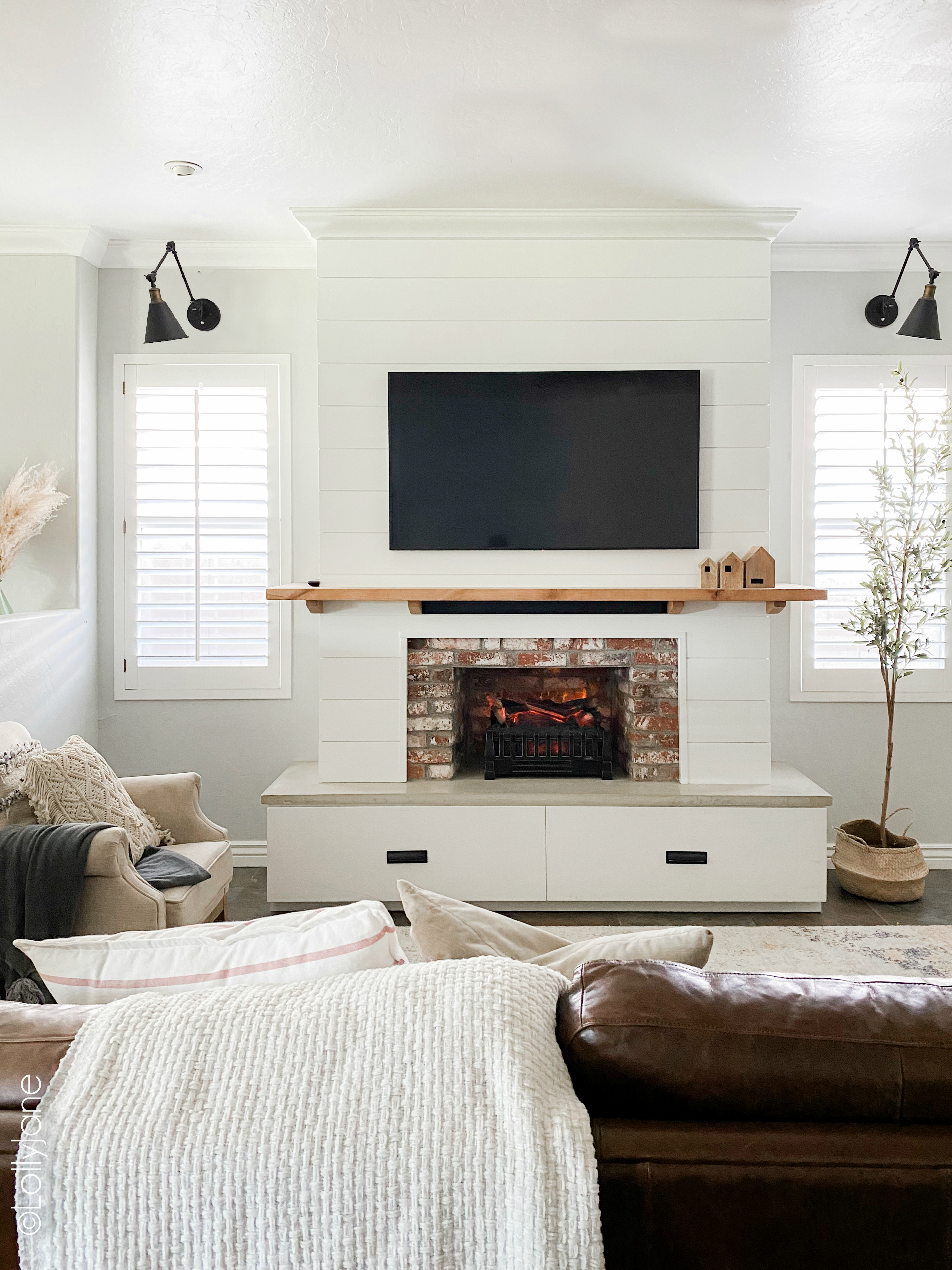 Beautiful modern farmhouse style entertainment system... bet you thought this was a real fireplace! Look at these 5 secret built-in features! #modernfarmhouse #fauxfireplace #entertainmentsystem #diy #diyhomedecor
