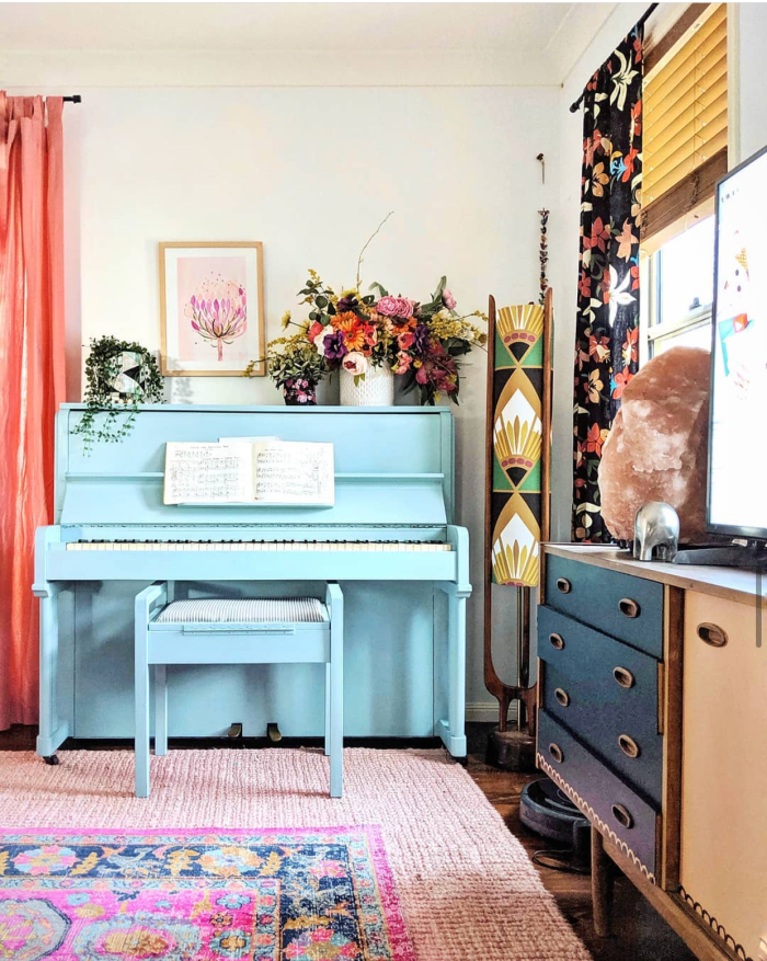 Woah! Such a fun blue painted piano in this boho style room! What a fun statement piece to paint your piano a bold color! #paintedpianoideas #bohodecor #aquapiano #aquapaintedpiano #eclecticdecor