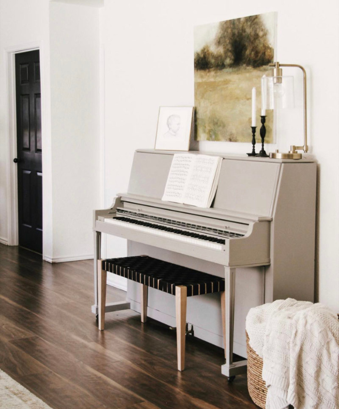 This gray painted piano is so pretty! Such a clean modern painted piano in a gorgeous home. #modernpianodecor #paintedpiano #graypaintedpiano #paintedpiano