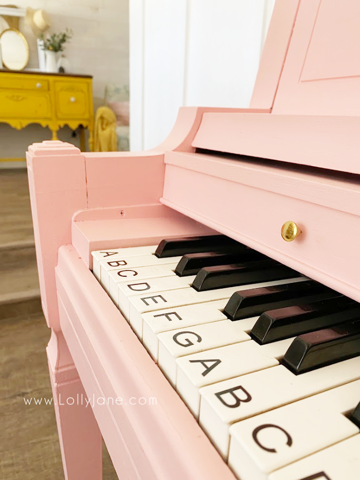 Just tape off then use a small brush to paint piano keys when painting a piano. An easy piano painting tutorial! #howtopaintpiano #paintedpiano #paintedpianotutorial #pinkpiano #paintedpianoideas