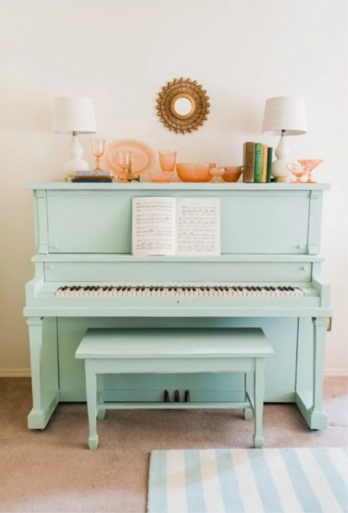 Such a happy shade of blue! Adore this mint painted piano, easy way to update an old piano with chalk paint! #mintpiano #mintpaintedpiano #paintedpianoideas #chalkpaintpiano