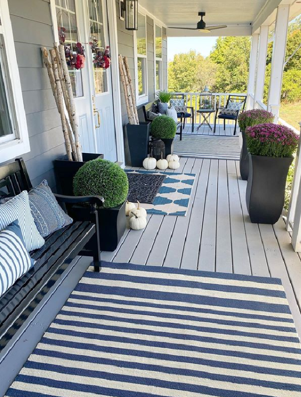 If you love a classic striped rug, this outdoor navy and cream rug is for you! #stripeoutdoorrug #stripedoutdoorrug #outdoorporchdecor #indooroutdoorrug