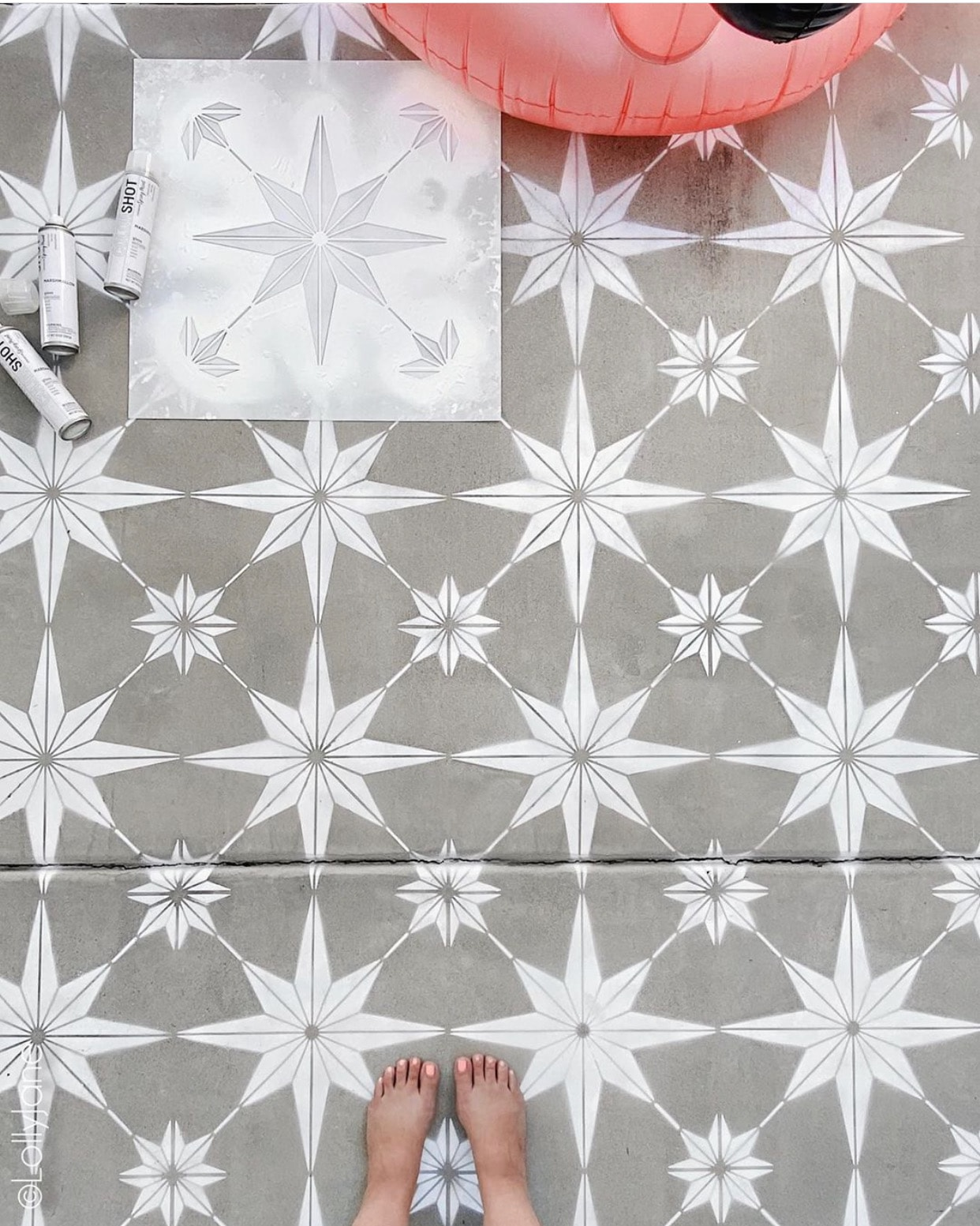 DIY Stenciled Concrete, great tips to SPRAY PAINT an otherwise boring surface! #spraypaint #stencil #paintedfloors #diy