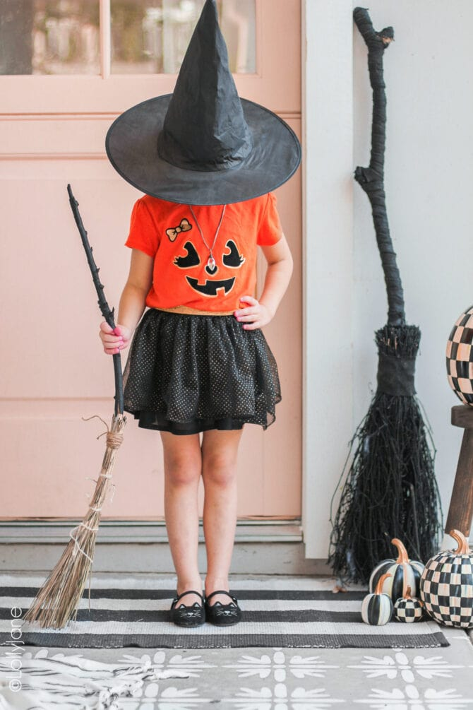 Dollar store crafts for the win! Love easy seasonal decorations like this simple Halloween witches broom, so easy and cute! #diy #diyhalloweendecor #diyhalloweendecorations #halloweendecor #halloweendecorations #dollarstorecrafts #halloween #halloweencrafts