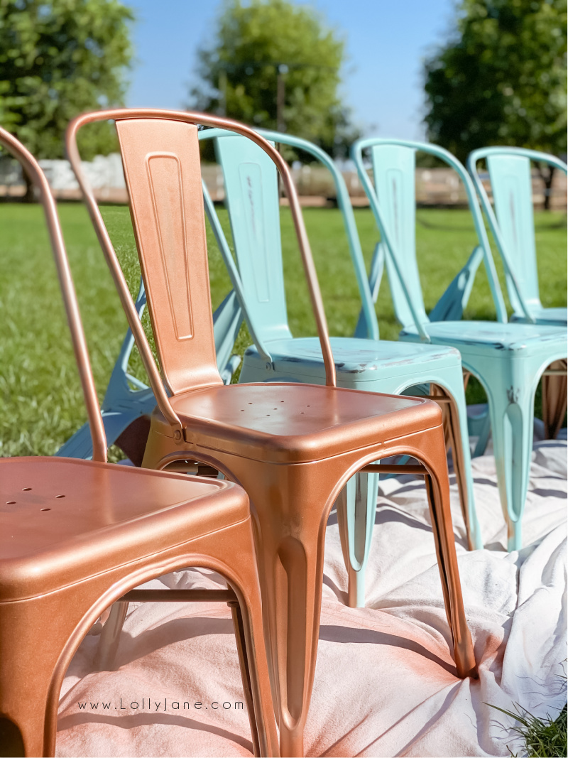 DIY spray paint metal chairs, love how easy this was to transform chairs in a just a few minutes! Change the look of chairs with the right paint in just a few steps! #diypaintedchairs #metalchairmakeover #howtopaintmetalchairs #howtopainttips #painttips #bohostyle #beforeafterchairmakeover #beforeafter
