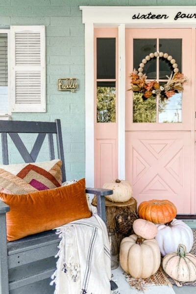 Decorating your porch for fall doesn't have to be expensive! Check out these simple fall porrch decorating ideas sure to welcome your visitors in style! #falldecor #falldecorations #fallporch #fallporchhdecor #porchdecor #porchdecorations