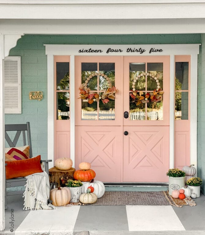 Check out these simple fall porrch decorating ideas sure to welcome your visitors in style! Decorating your porch for fall doesn't have to be expensive! #falldecor #falldecorations #fallporch #fallporchhdecor #porchdecor #porchdecorations