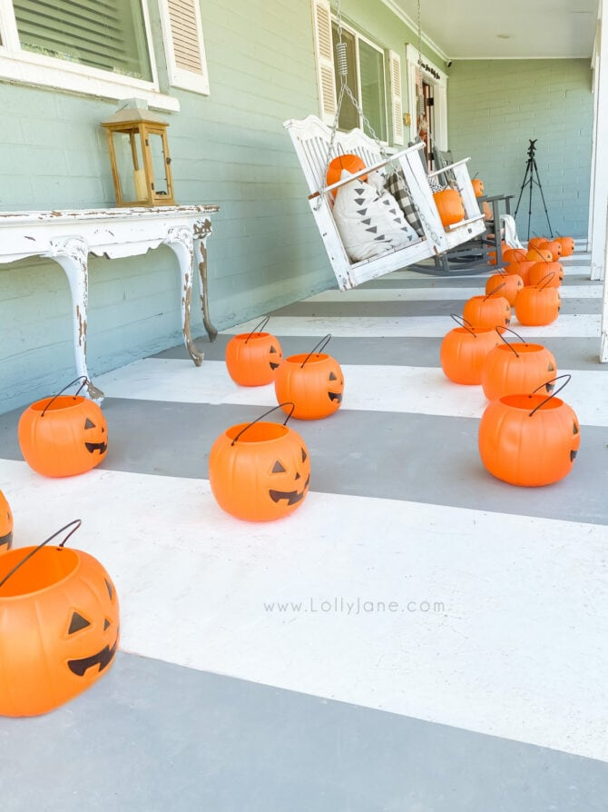 Check out how to hang plastic pumpkins for cheap but cute Halloween decor! Love these non-spooky hanging pumpkins on this cute Halloween porch! #hangingpumpkins #howtohangpumpkins #pumpkinhangingideas #pumpkindeocoratingideas #halloweendecor #diyhalloween #nosewhalloween #easyhalloweenideas