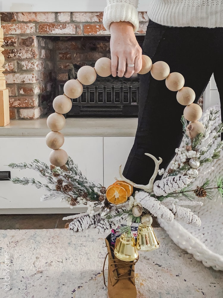 DIY Christmas/Winter Split Bead Wreath, SO easy to make and super cute for ANY holiday-- just swap out the colors and elements! #woodbead #woodbeads #splitwoodbead #splitbead #beadwreath #diywreath #wreaths #christmaswreath #handmade