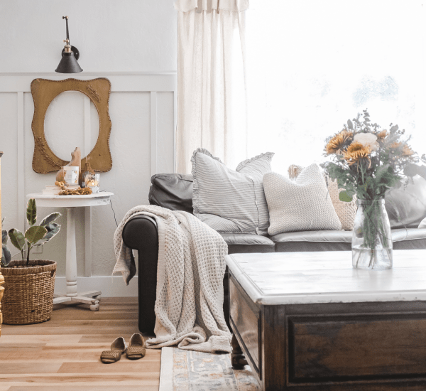 Dying over this gorgeous family room makeover! Less than $1000 to completely transform this room from blah to a stunning modern farmhouse style family room! Such affordable family room decorations without spending a lot of money. #familyroomdecor #familyroomdecorations #familyroommakeover #modernfarmhouse #modernfarmhousefamilyroom #vinylfloors #vinylplankfloors #oakfloors #vinylfloorsfromlowes #procoreplusflooring
