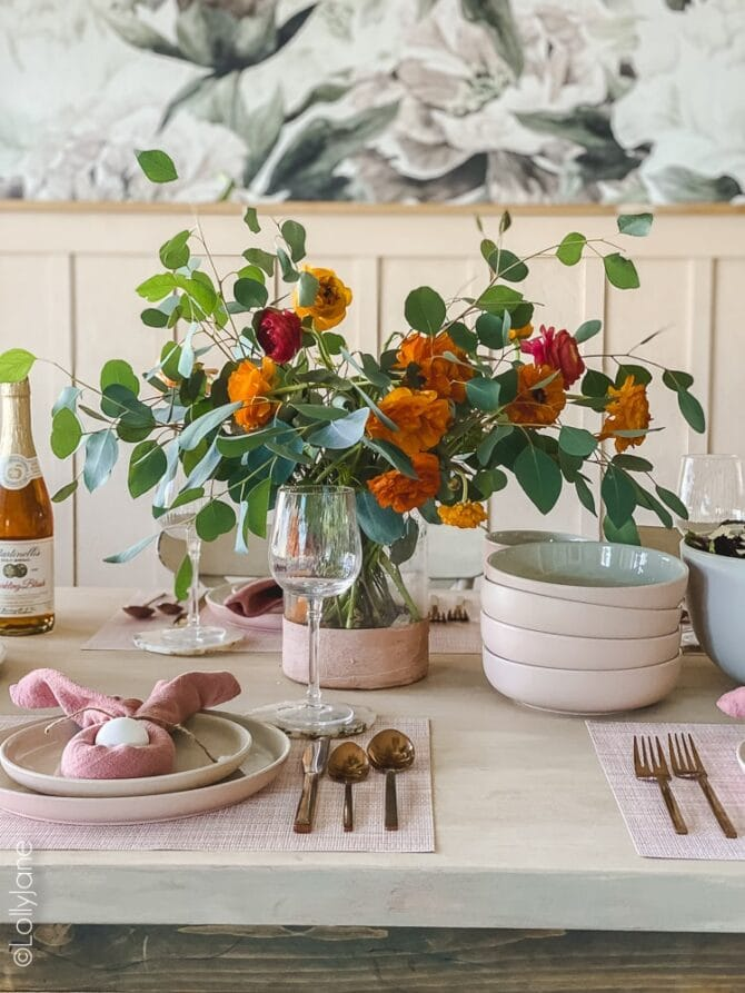Beautiful Easter table scape that's ready for your spring brunch! Splashes of pink and gold take this table decor up a notch, click-through to get this look! #easter #easterdecor #easterdecorations #eastertablecape #springtablescape #tablescape #tabledecor #eastertabledecor