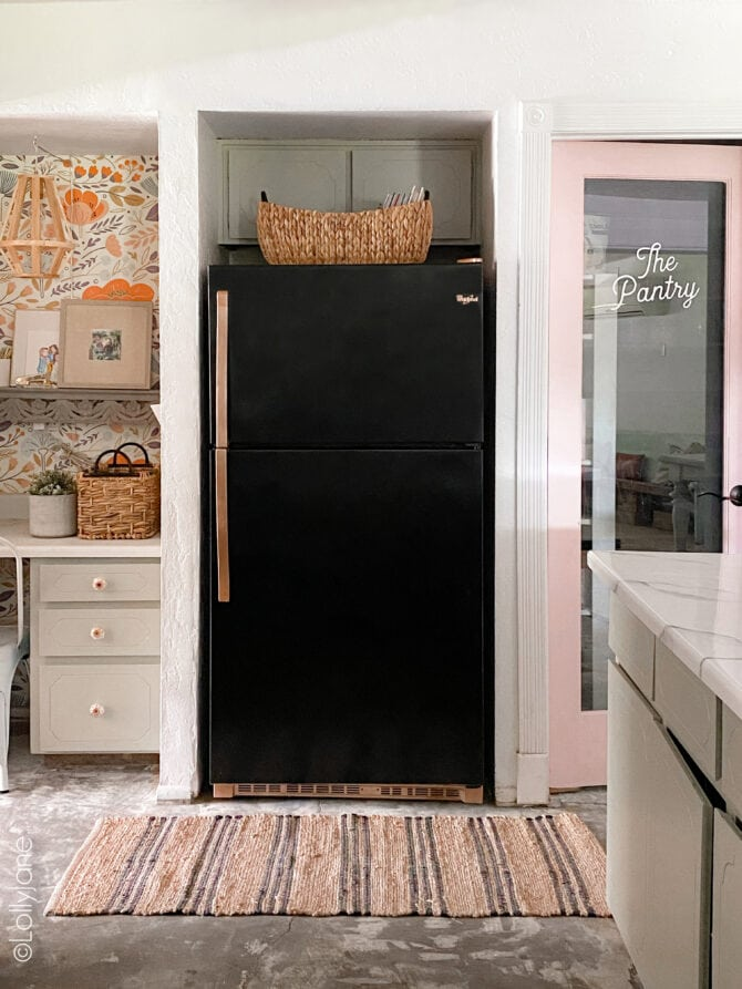 Spray painted fridge, what!!! YES, that is SPRAY PAINT! Transform your own in a few hours to bring it new (chic) life! #spraypaint #paintallthethings #fridgemakeover #refrigeratormakeover #spraypaintprojects #spraypaintallthethings #spraypainting