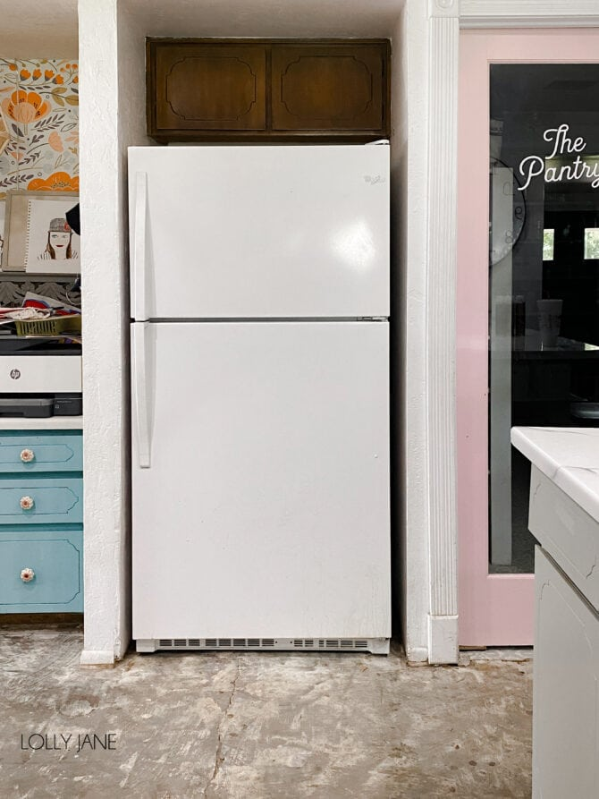 BEFORE! Click through to see the after, it is STUNNING and you won't even recognize it! Add a little spray paint and ta-da: a whole new look! #spraypaint #paintallthethings #fridgemakeover #refrigeratormakeover #spraypaintprojects #spraypaintallthethings #spraypainting