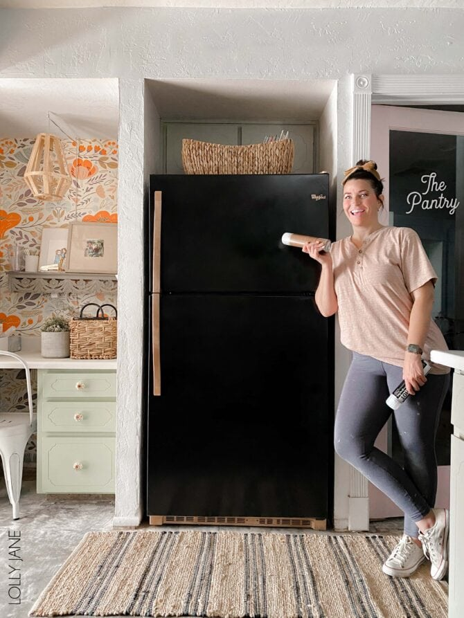 WOW! This looks like a high end refrigerator with a new glossy black base + metallic handles... so chic! Get this look with spray paint and time! #spraypaint #paintallthethings #fridgemakeover #refrigeratormakeover #spraypaintprojects #spraypaintallthethings #spraypainting